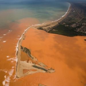 Lama sai da foz do rio Doce, no Espirito Santo, e se espalha pela costa do município de Linhares (ES)