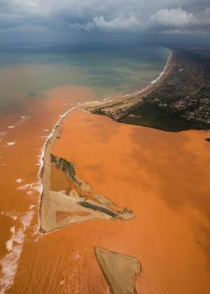 Lama da barragem rompida em Mariana (MG) sai da foz do rio Doce, no Espirito Santo, e se espalha pela costa capixaba