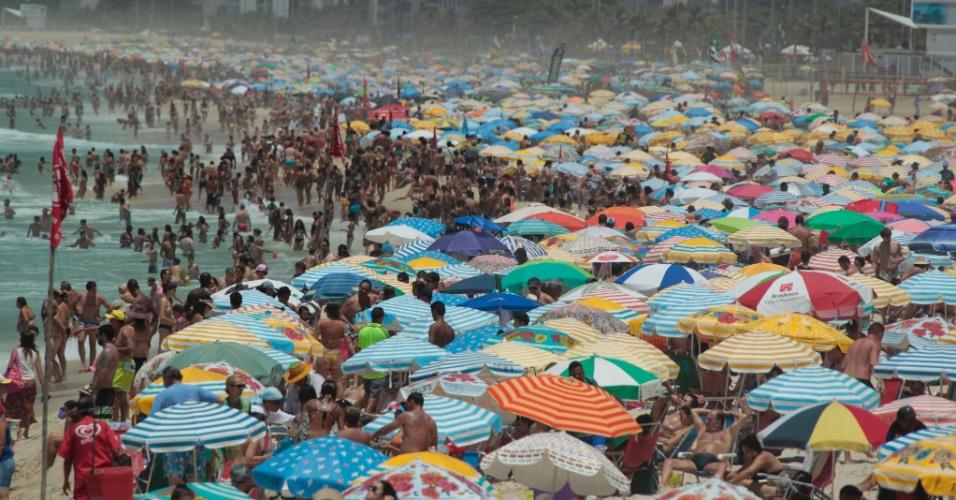7.jan.2016 - Banhistas lotam a praia de Ipanema, na zona sul do Rio de Janeiro. A temperatura máxima deve atingir os 35°C