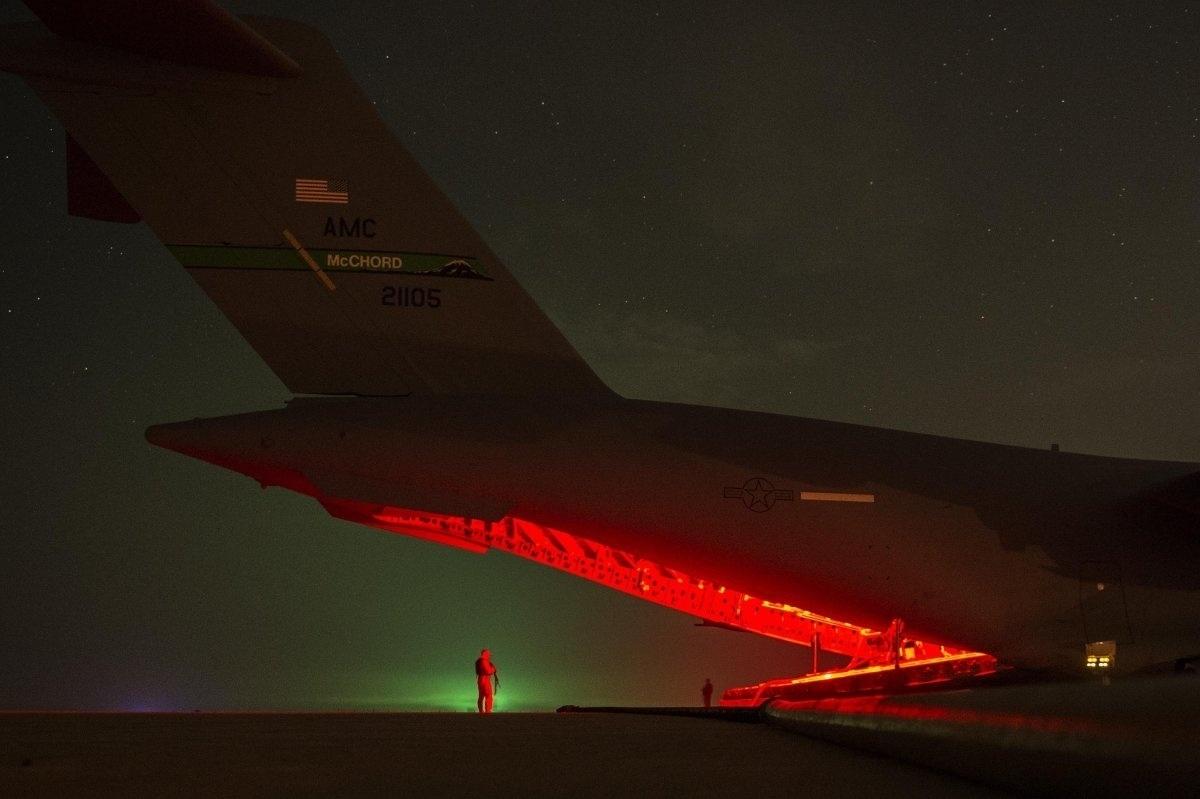 """13.jan.2016 - Militares de Força Aérea dos Estados Unidos fornecem combustível para as bases de coalizão no Iraque em apoio à operação """"Determinação Inerente"""", no dia 16 de dezembro de 2015. O nome da missão foi criado pelas Forças Armadas americanas para ser usado oficialmente nas ações contra o Estado Islâmico"""