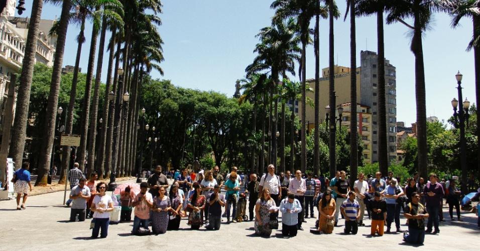 """17.jan.2016 - Um grupo católico reuniu-se em frente à Catedral da Sé, no centro de São Paulo, neste domingo, para rezar e fazer um ato de desagravo contra a """"Marcha Para Satanás"""", que foi marcada para hoje"""