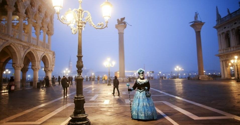 30.jan.2016 - Folião mascarado posa para durante o carnaval de Veneza, Itália, na Praça San Marco, neste sábado (30). Em uma das festas de carnaval mais famosas do mundo, as máscaras são tradicão