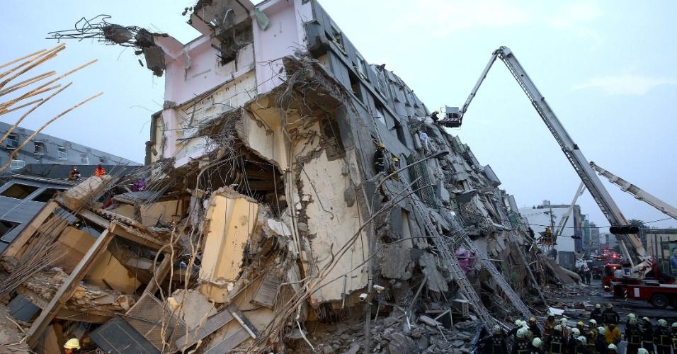 6.fev.2016 - Equipes de resgate trabalham em edifício danificado pelo terremoto de magnitude 6,4 que atingiu Tainan, no sul de Taiwan. Três pessoas morreram em decorrência do tremor, que derrubou um edifício onde mais de 200 pessoas moravam, e de onde ao menos 120 foram resgatadas com vida
