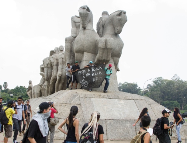 29.mar.2016 - Estudantes chegam ao Monumento às Bandeiras, na zona sul de São Paulo. Eles protestam contra o fechamento de salas na rede estadual, a máfia da merenda e por melhores condições de estudo na rede pública