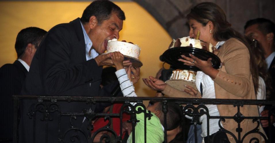 8.abr.2016 - O presidente do Equador, Rafael Correa, come nesta quinta-feira (7) um pedaço de bolo que ganhou de uma criança por seu aniversário na varanda do Palácio de Carondelet, em Quito, durante uma manifestação a favor do seu governo. Depois da mobilização de opositores por conta de um projeto de lei tributária, os simpatizantes de Correa se manifestaram em Quito e em outras cidades do país para mostrar apoio ao presidente