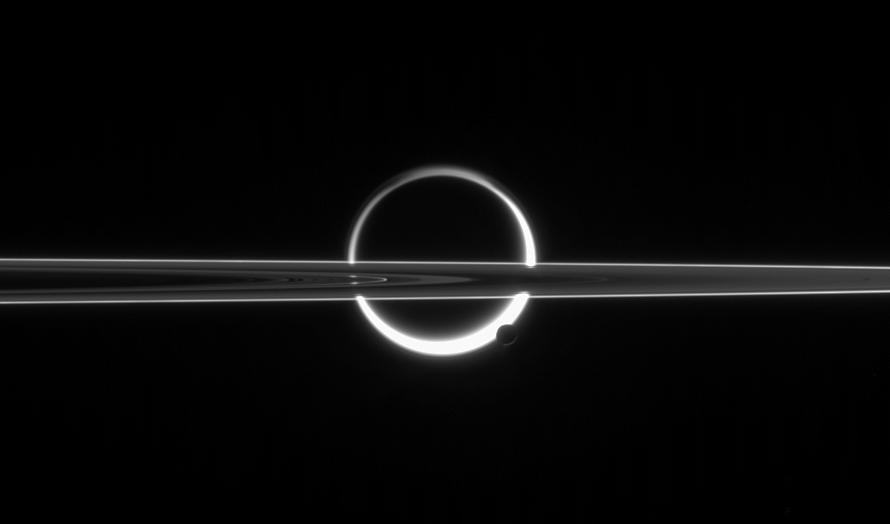 AS LUAS DE SATURNO - Imagem da sonda Cassini mostra o planeta Saturno e duas das suas mais de 60 luas. Segundo a Nasa, agência espacial norte-americana, Encélado tem 500 quilômetros de diâmetro e possui um oceano subterrâneo no qual pode existir vida microscópica. A lua possui, ainda, uma grossa cobertura de neve. Já em Titã, maior lua de Saturno, foi encontrado pequenas quantidades de propileno, ingrediente do plástico, nas camadas mais baixas da atmosfera do satélite