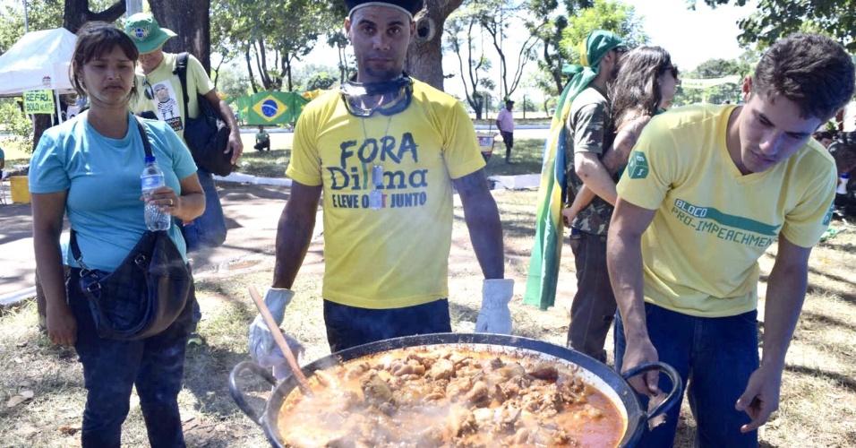 16.abr.2016 - Manifestantes a favor do impeachment da presidente Dilma Rousseff preparam almoço em Brasília. Eles montaram um acampamento na capital federal para aguardar a votação que acontece na Câmara dos Deputados neste domingo