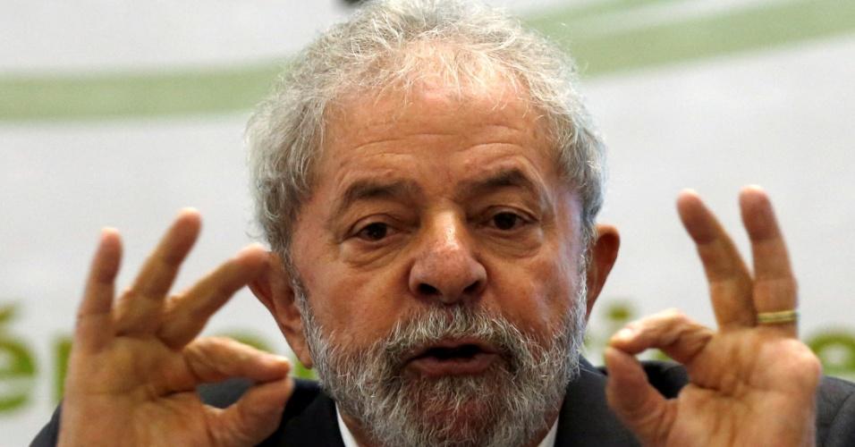 25.abr.2016 - O ex-presidente Luiz Inácio Lula da Silva gesticula enquanto discursa no seminário