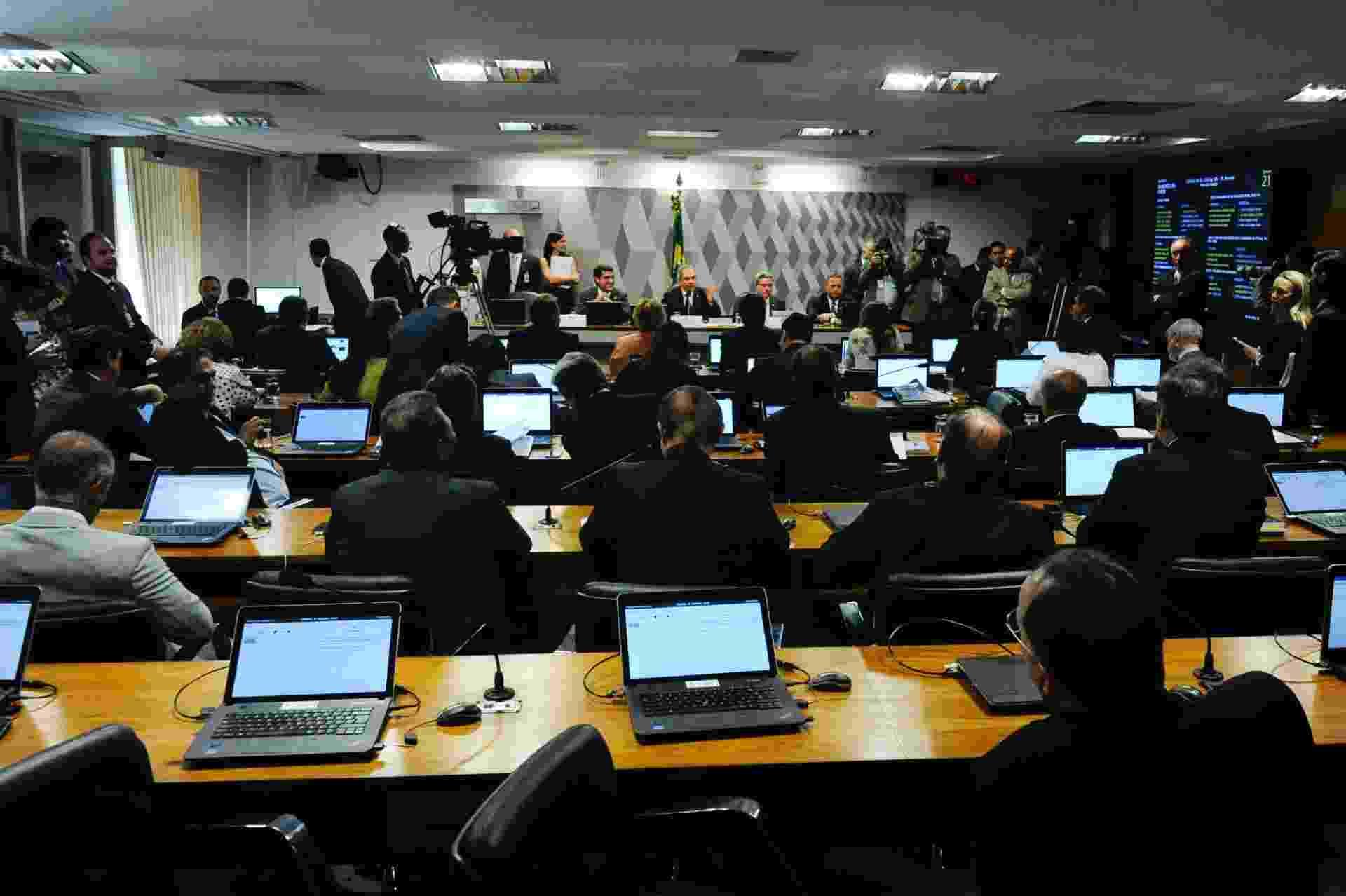 6.mai.2016 - Senadores acompanham votação da comissão do impeachment no Senado sobre o parecer do relator Antonio Anastasia (PSDB), favorável à admissibilidade do processo contra a presidente Dilma Rousseff - Geraldo Magela/Agência Senado