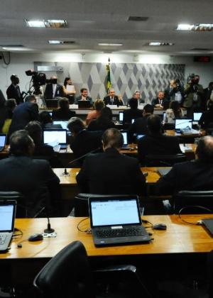Senadores acompanham votação da comissão do impeachment no Senado