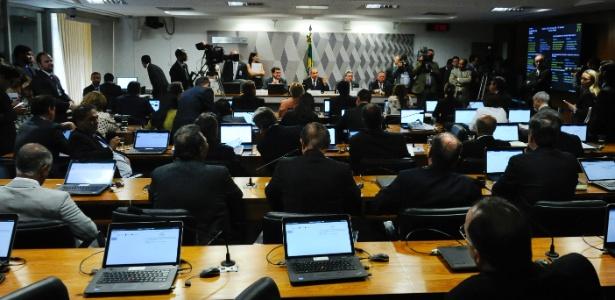 Senadores acompanham votação da comissão do impeachment no Senado sobre admissibilidade do processo contra a presidente Dilma Rousseff