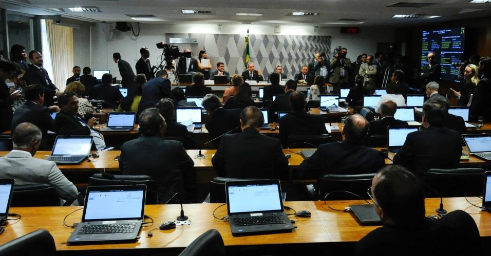 6.mai.2016 - Senadores acompanham votação da comissão do impeachment no Senado sobre o parecer do relator Antonio Anastasia (PSDB), favorável à admissibilidade do processo contra a presidente Dilma Rousseff