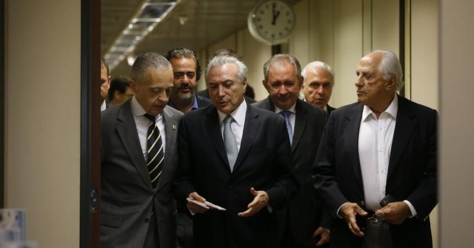12.mai.2016 - Enquanto os senadores ainda se pronunciam na sessão sobre a abertura do processo de impeachment da presidente Dilma Rousseff, Michel Temer deixa o gabinete da vice-presidência após reuniões no anexo do Palácio do Planalto, em Brasília. O relógio ao fundo marca 1h