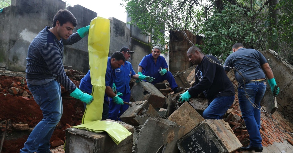 17.mai.2016 - Parte do muro do cemitério do Araçá, no bairro do Pacaembu, em São Paulo, caiu durante a chuva que atingiu a cidade nesta segunda-feira (16). Algumas gavetas com ossos tombaram na calçada