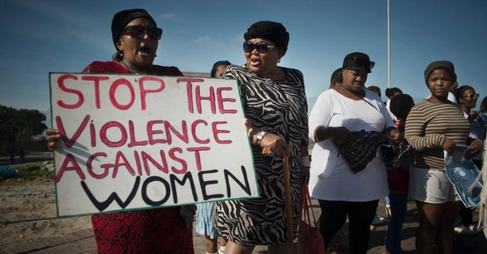 21.mai.2016 - Mulheres marcham pelo fim da violência contra a mulher em Guguleth, perto da Cidade do Cabo, na África do Sul, neste sábado. A África do Sul tem uma das maiores taxas de estupro do mundo, com mais de 60 mil casos registrados em 2015, segundo dados da polícia do país
