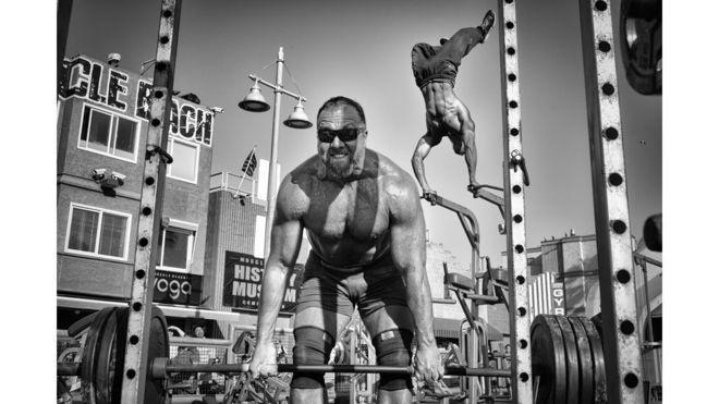 1º.jul.2016 - Dotan Saguy recebeu uma menção honrosa na categoria Pessoas por esta foto de fisiculturistas em Venice Beach, nos Estados Unidos