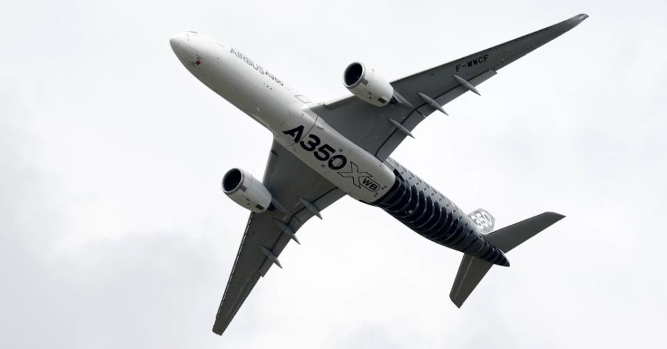Airbus A350 é exibido no Farnborough Airshow na terça-feira (12), evento  de exposição de aeronaves na Inglaterra