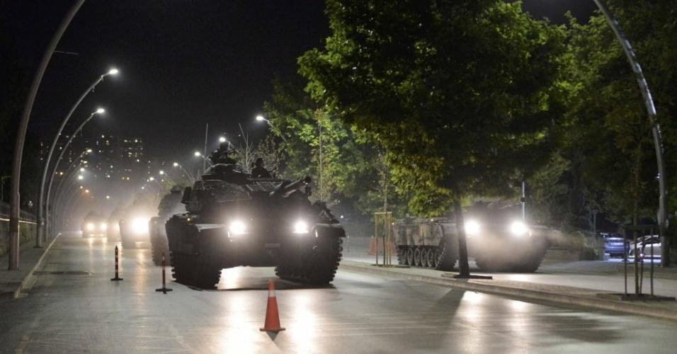 15.jul.2016 ? Tanques do Exército turco dirigem pelas ruas de Ancara, durante tentativa de golpe militar. Além de tanques, há também helicópteros e aviões militares sobrevoando a capital. Milhares de pessoas foram para as ruas durante a madrugada --tanto grupos que apoiam os militares quanto contrários ao golpe
