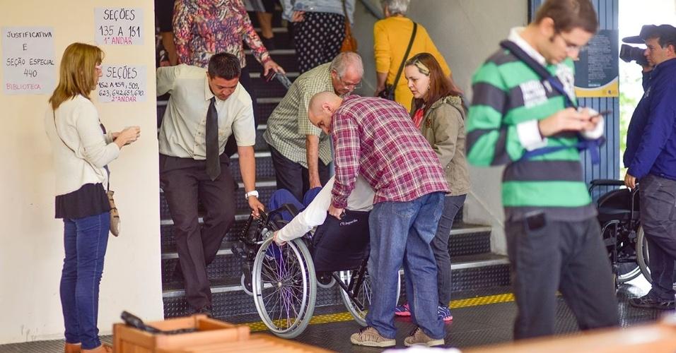 2.out.2016 -  Cadeirantes e idosos tiveram dificuldades para votar na Escola Técnica Professor Everardo Passos, em São José dos Campos (SP). As cadeiras de rodas foram carregadas pelas escadas