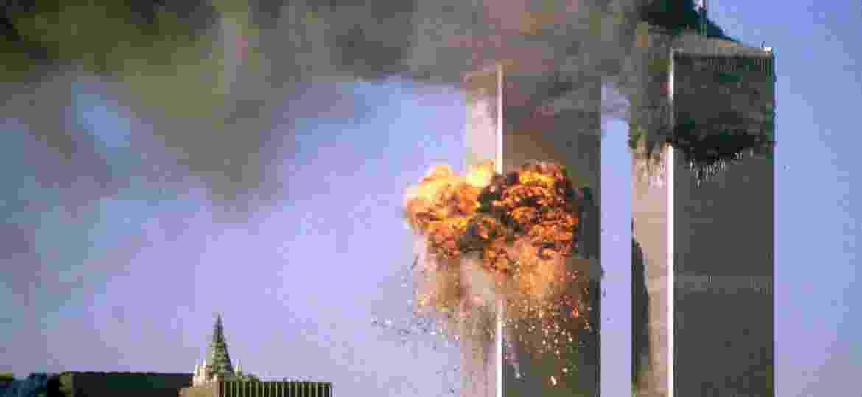 A torre sul do World Trade Center é atingida por avião enquanto a torre norte exala fumaça negra durante ataque terrorista em 11 de Setembro - REUTERS/Sean Adair