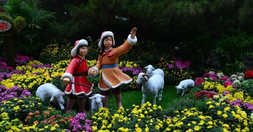 26.out.2016 - Flores de crisântemo deixam parque Primavera Baotu colorido, em Jinan, na China