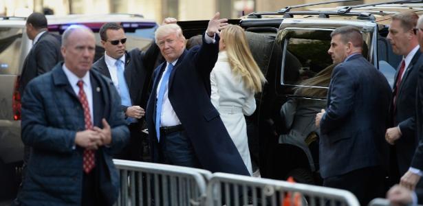 Donald Trump acena ao chegar a seu local de votação em Manhattan, Nova York