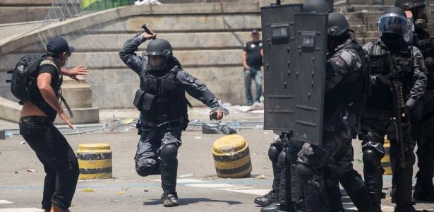 PM reprime manifestante durante protesto de servidores no Rio em novembro de 2016 - Mauro Pimentel/Folhapress