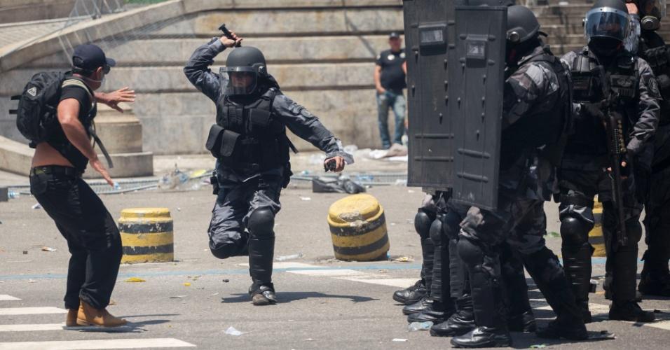 16.nov.2016 - Policial militar reprime manifestante durante protesto de servidores públicos estaduais na Assembleia Legislativa do Rio