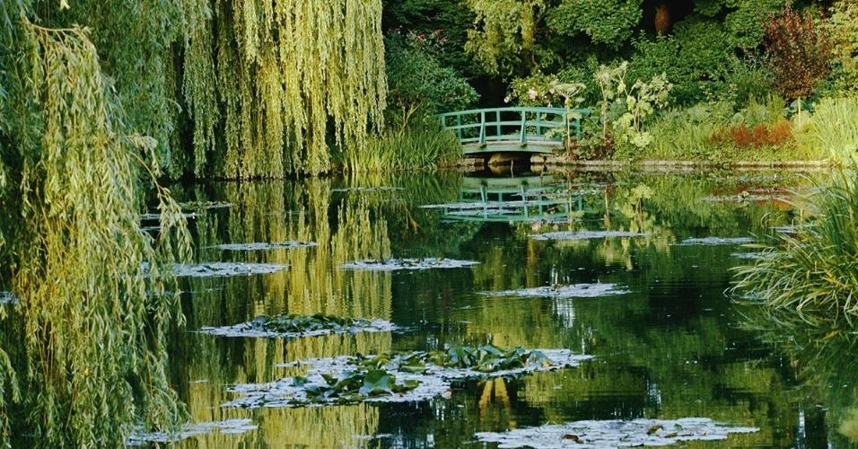 O jardim de Claude Monet em Giverny, na França. As nenúfares (planta aquática) e a ponte japonesa foram inspiração para as famosas pinturas impressionistas do artista