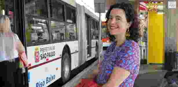 Francine de Mendonça pega até quatro conduções para trabalhar à noite em Santo André  - Gabriela Fujita/UOL