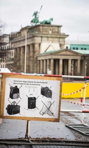 29.dez.2016 - Placa mostra objetos que serão proibidos, como mochilas, durante a festa de Ano Novo no Portão de Brandenburgo, em Berlim. A segurança foi reforçada em toda a área depois do ataque terrorista contra um mercado de Natal na cidade na semana passada