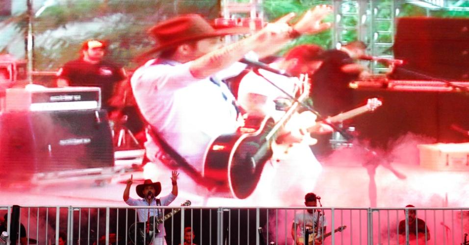 31.dez.2016 - Artistas se apresentam no palco da avenida Paulista, que tem noite de shows em comemoração à chegada de 2017