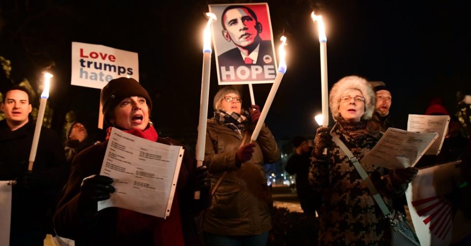 20.jan.2017 - Manifestantes concentram protesto contra Donald Trump diante da Embaixada dos EUA em Budapeste, na Hungria