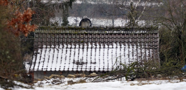 Telhado de casa onde seis adolescentes foram encontrados mortos em Arnstein, na Alemanha - Marcus Scheidel/AFP