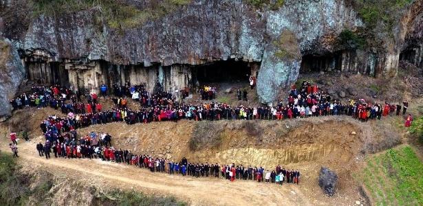 Foto mostra a família Ren junto das colunas de basalto da região de Shishe