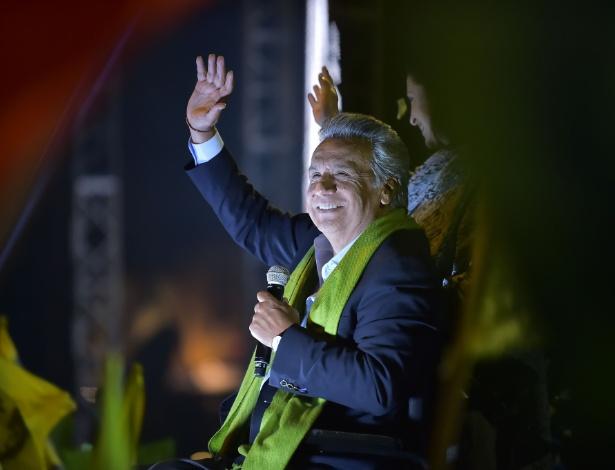 O candidato governista Lenín Moreno acena para simpatizantes ao comemorar os resultados eleitorais, em Quito