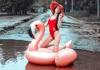 Modelo russa faz ensaio fotográfico para denunciar buracos em rua (Foto: Anna Moskvicheva/Instagram)