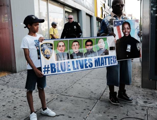 Pessoas se manifestam durante funeral para policial feminina e outros policiais que foram mortos enquanto trabalhavam nos EUA