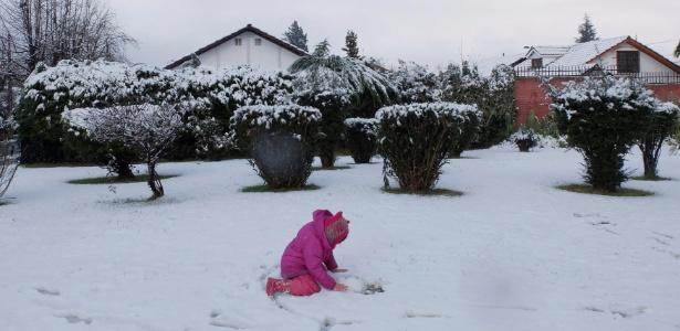 15.jul.2017 - Criança brinca na neve após nevasca incomum em Santiago (Chile)