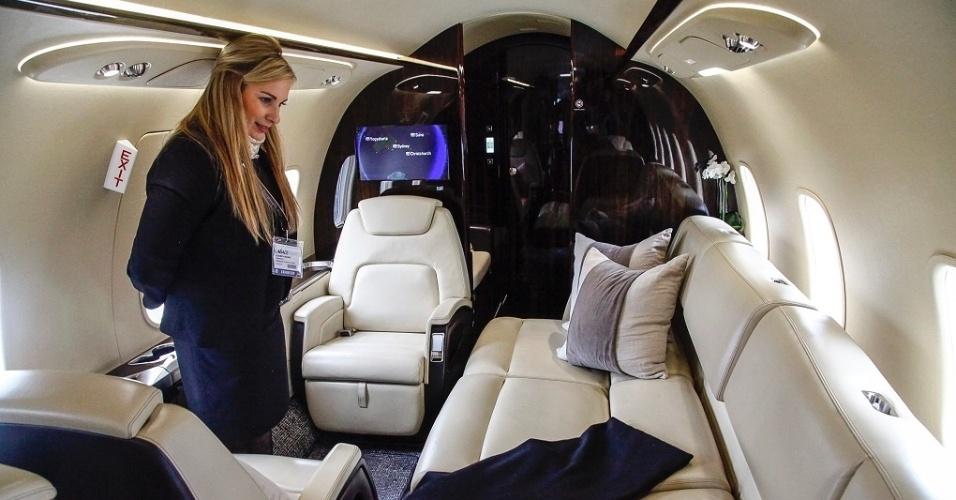 No Bombardier Challenger 350, que tem capacidade para até dez passageiros, o sofá de três lugares pode ser aberto e transformado em uma cama. O avião tem autonomia de 5.926 km, o que permite voos entre Manaus e Buenos Aires. O jatinho é avaliado em US$ 27 milhões (R$ 85,4 milhões)