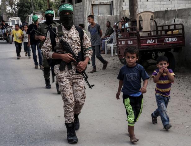 Cadetes da ala armada do Hamas islâmico palestino marcham no sul da Faixa de Gaza
