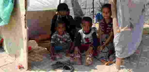 Família em barraco em rua da cidade de Hodeidah, no Iêmen - ABDO HYDER/AFP