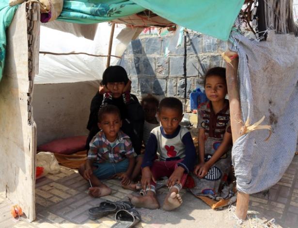 Família em barraco em rua da cidade de Hodeidah, no Iêmen