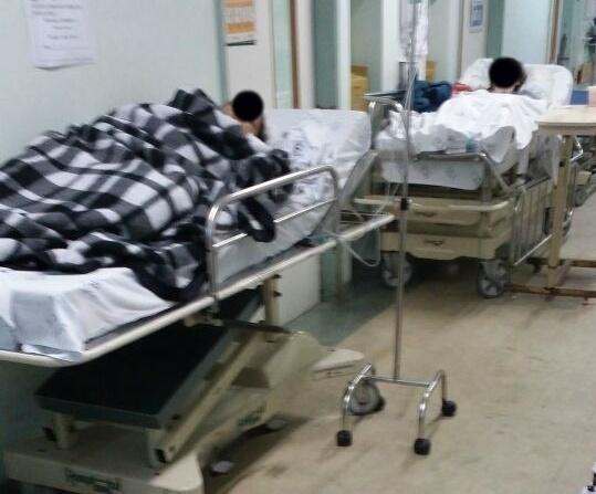 No mesmo dia, a direção cogitou a possibilidade de acomodar pacientes em colchões pelo corredor