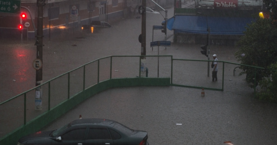 20.mar.2018 - Ruas e túneis da região da Lapa, zona oeste de São Paulo, ficam submersos após forte temporal
