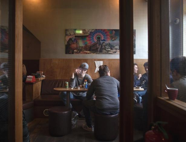 Jovens fumam maconha no coffeeshop de Baron, em Breda, na Holanda - Jasper Juinen/The New York Times