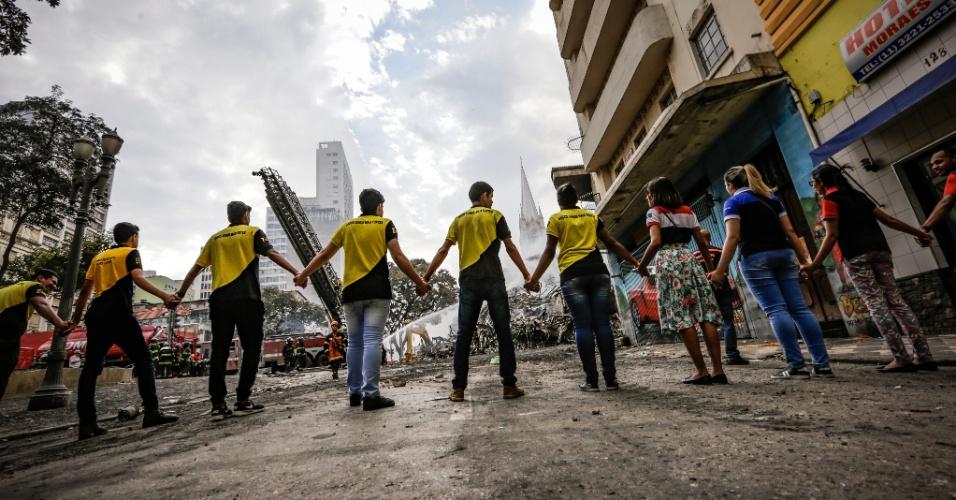 1º.mai.2018 - Voluntários fazem cordão de isolamento no entorno do prédio de 24 andares que pegou fogo e desabou na região do Largo do Paissandu, no centro de São Paulo
