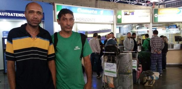Os caminhoneiros Valter (à esq.) e Sérgio que, com a greve iam voltar para MG de ônibus, mas tiveram a viagem cancelada