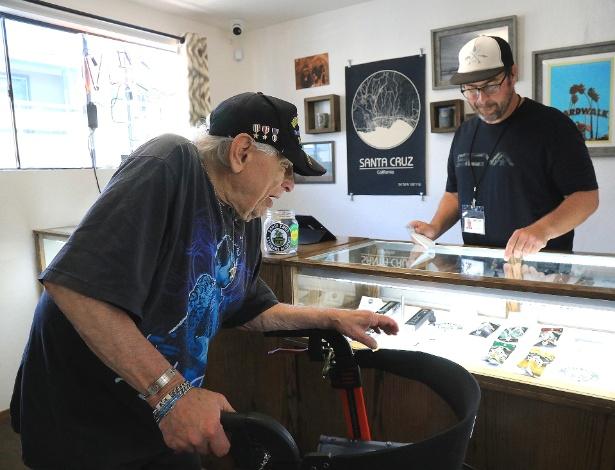veterano idoso escolhe maconha em santa cruz na california 1532711421263 615x470 Veteranos de guerra dos EUA precisam improvisar para se tratar com maconha