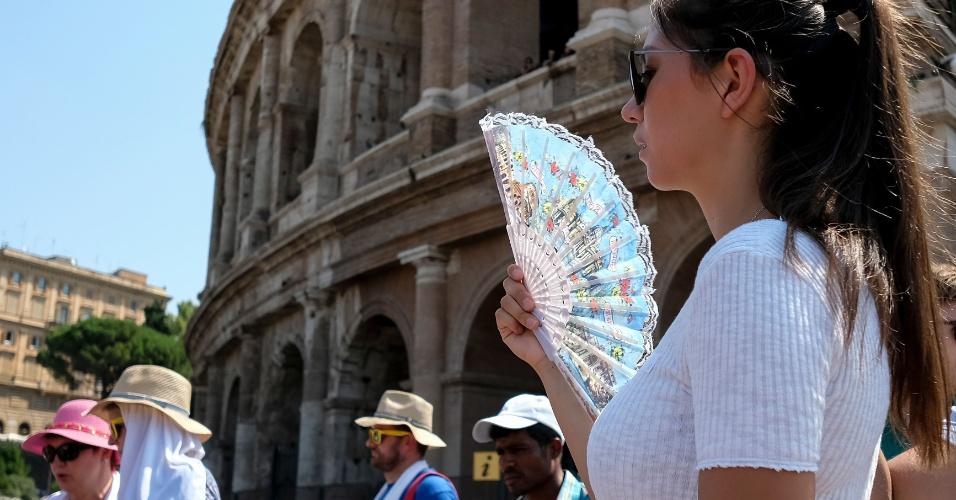 2.ago.2018 - Turista se abana em frente ao Coliseu, em Roma, na Itália